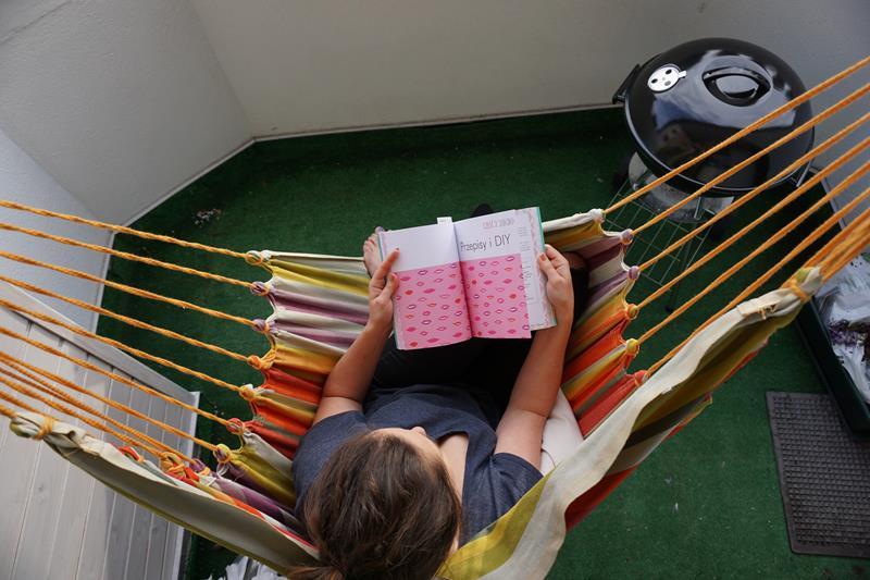 czytanie książki w hamaku