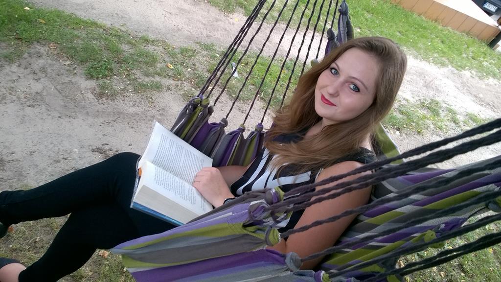 czytanie kasiążki w hamaku