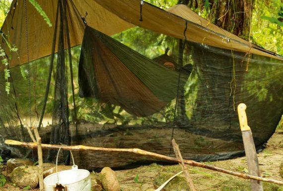 Świetny dodatek do hamaka turystycznego – daszek z moskitierą