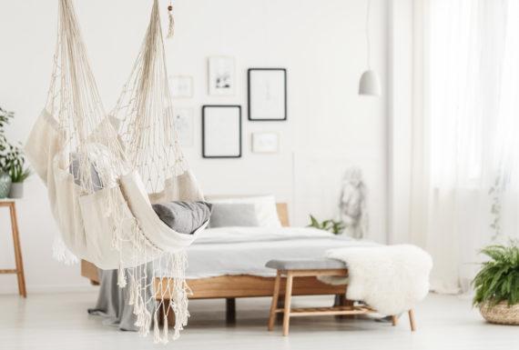 Fotel hamakowy w sypialni