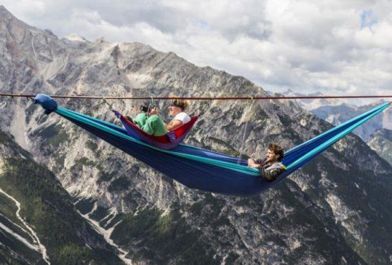 Nocleg w hamakach zawieszonych nad przepaścią w Alpach