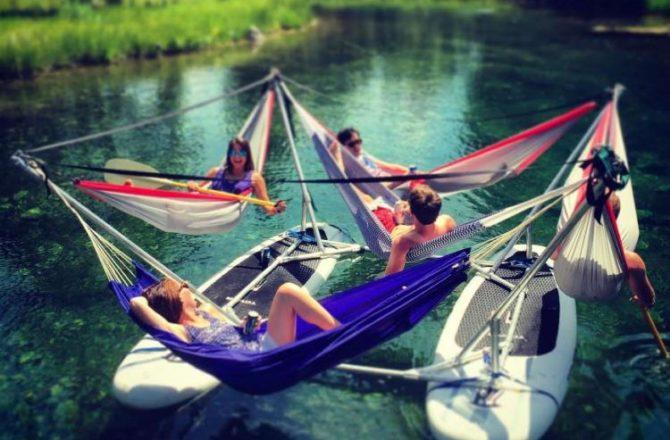 Relaks na wodzie w hamaku
