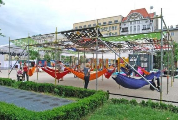 Hamaki w mieście – prosty sposób, by ożywić przestrzeń publiczną