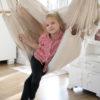 Fotel wiszący w pokoju dziecka